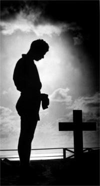 Soldado ante tumba