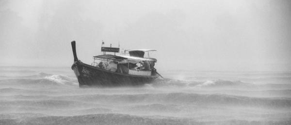 Bote en tormenta