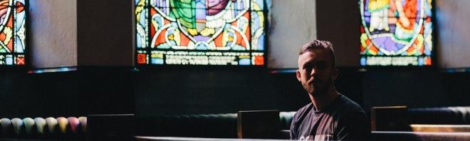 Joven en iglesia