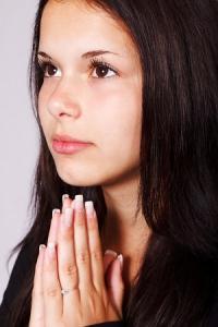Chica orando