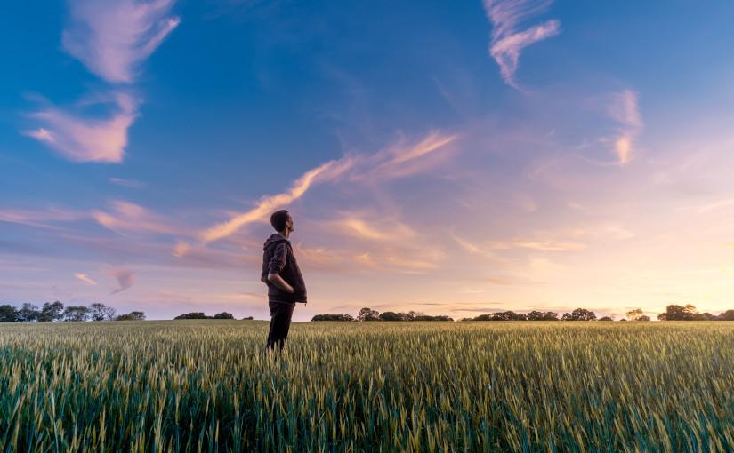 Hombre sobre hierba